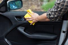 Mężczyzna cleaning drzwi w samochodzie Fotografia Royalty Free