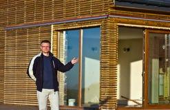 Mężczyzna gestykuluje w kierunku nowego domu Fotografia Royalty Free