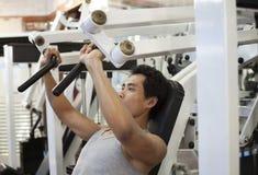 Mężczyzna gym trening Zdjęcia Royalty Free