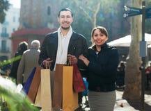Mężczyzna i dziewczyna z zakupami przy ulicą Obraz Stock