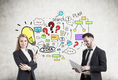 Mężczyzna i kobieta blisko kolorowego planu biznesowego nakreślenia Obraz Stock