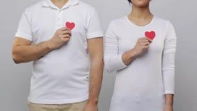 Mężczyzna i kobieta z czerwonymi sercami zdjęcie wideo