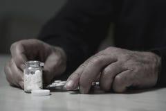 Mężczyzna iść przedawkować leki Fotografia Royalty Free