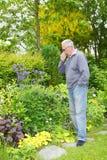 Mężczyzna kichnięcia siana febra Fotografia Stock