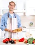 Mężczyzna Kulinarna pizza Zdjęcie Stock