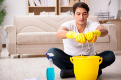 Mężczyzna mąż czyści domowej pomaga żony Zdjęcia Stock