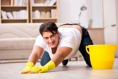 Mężczyzna mąż czyści domowej pomaga żony Obraz Stock
