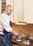 Mężczyzna myć naczynia Zdjęcia Royalty Free