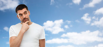 Mężczyzna myśleć nad niebieskiego nieba i chmur tłem Obrazy Stock