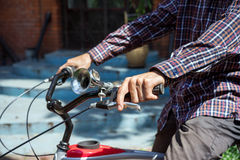 Mężczyzna na bicykl prasach na hamulcu Fotografia Royalty Free