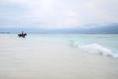 Mężczyzna na koniu na dennym brzeg Obraz Royalty Free