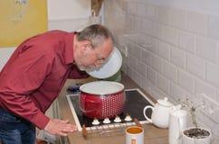 Mężczyzna na kuchni Fotografia Stock