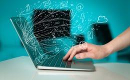 Mężczyzna notatnika naciskowy laptop z doodle ikony chmury sym Zdjęcia Stock