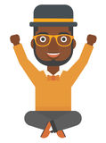 Mężczyzna obsiadanie z krzyżować nogami up i podnosić rękami Obrazy Stock