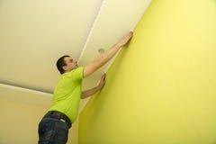 Mężczyzna odnawi izbowego wnętrze z plastikowym formierstwem Obraz Stock