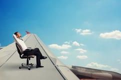 Mężczyzna odpoczywać i latanie Zdjęcie Royalty Free