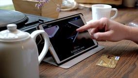 Mężczyzna odwiedza iPhone 7 stronę internetową na pastylka komputerze osobistym w kawiarni zbiory