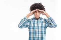 Mężczyzna patrzeje w odległość przy kamerą z kędzierzawym włosy Fotografia Stock