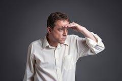 Mężczyzna patrzeje wewnątrz oddalać Zdjęcia Stock