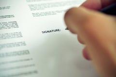 Mężczyzna Podpisuje dokument Zdjęcia Royalty Free