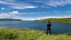 Mężczyzna podziwia piękno szkocki krajobraz Zdjęcia Royalty Free