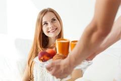 Mężczyzna porci jedzenie młoda kobieta Zdjęcia Royalty Free