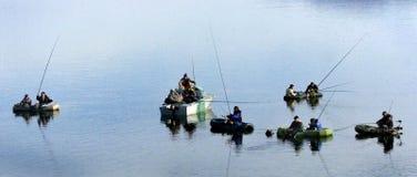 Mężczyzna połów na jeziorze Zdjęcia Royalty Free