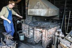 Mężczyzna pracuje na węglowym piekarnika blacksmith Obrazy Royalty Free