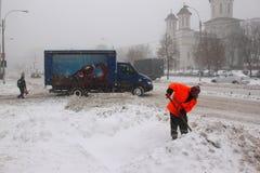 Mężczyzna pracuje przy śnieżnym usunięciem Zdjęcia Royalty Free