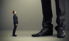 Mężczyzna przyglądający przy dużymi nogami up Fotografia Royalty Free