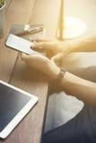 mężczyzna ręka używać smartphone z cyfrową pastylką Zdjęcia Royalty Free