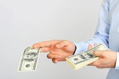 Mężczyzna ręki mienia pieniądze amerykanina sto dolarowi rachunki Ręka biznesowego mężczyzna ofiary pieniądze Fotografia Stock