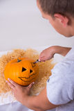 Mężczyzna robi dyniowemu Jack O'Lantern dla Halloween Fotografia Stock