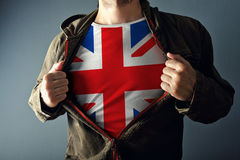 Mężczyzna rozciągania kurtka wyjawiać koszula z wielką Brytania flaga Fotografia Royalty Free