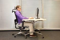 Mężczyzna rozciągania ręki, ćwiczy na krześle Zdjęcie Stock