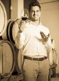 Mężczyzna smaczny wino w lochu Zdjęcia Stock