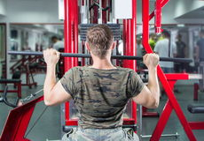 Mężczyzna spełniania lat pulldown przy gym Fotografia Stock