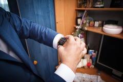 Mężczyzna spojrzenia na zegarku Obraz Royalty Free