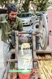 Mężczyzna sprzedawania trzciny cukrowa sok Fotografia Stock