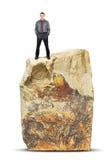 Mężczyzna stojaki na wierzchołku ogromna skała Fotografia Stock