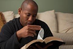 Mężczyzna Studiuje biblię Zdjęcia Royalty Free