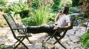 Mężczyzna Texting w ogródzie Obraz Royalty Free