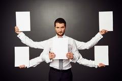 Mężczyzna trzyma pięć biel pustych plakatów Zdjęcia Stock