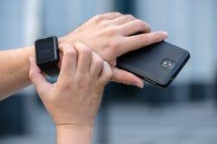 Mężczyzna używa mądrze zegarek Fotografia Stock