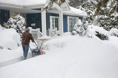 Mężczyzna używa snowblower w głębokim śniegu Obraz Stock