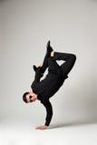 Mężczyzna w formalnej odzieży pozyci na jeden ręce Zdjęcie Stock