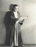 Mężczyzna w kontusz czytelniczej ślimacznicie Zdjęcie Stock