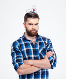 Mężczyzna w królowej korony pozyci z rękami składać Obrazy Stock