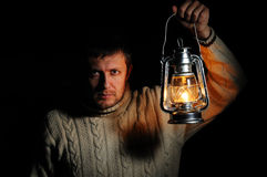 Mężczyzna w nocy z płonącą nafty lampą Obraz Stock