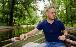 Mężczyzna wiosłuje łódź Zdjęcia Royalty Free
